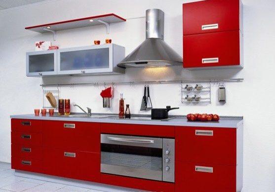 Недорогая красная кухня с фасадами эмаль