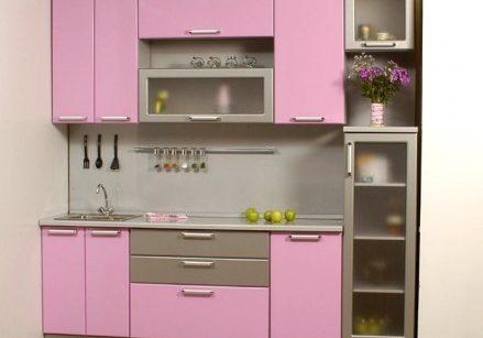 Встроенная маленькая розовая кухня с фасадми МДФ, прямая