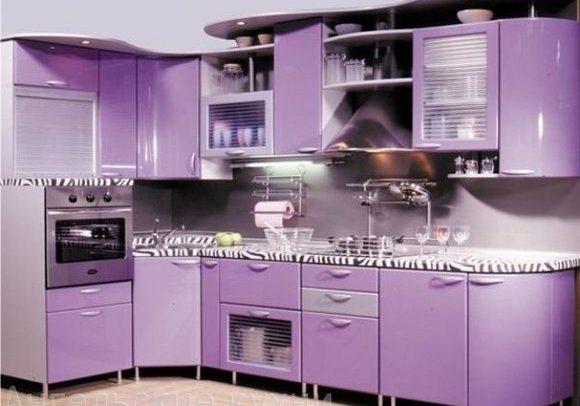 Угловая сиреневая кухня с крашенными фасадами