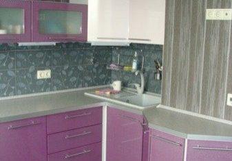 Встроенная угловая лиловая кухня с фасадами МДФ
