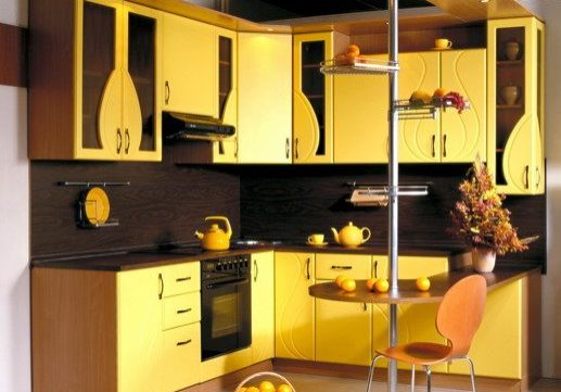 Угловая желтая кухня с барной стойкой