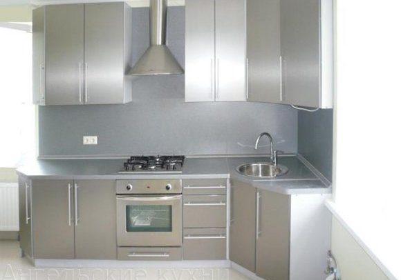 Недорогая угловая серая кухня с фасадами МДФ пленка