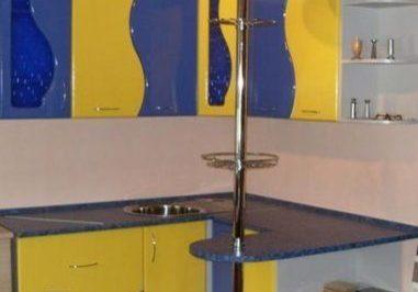 Маленькая угловая кухня с барной стойкой сине-желтого цвета