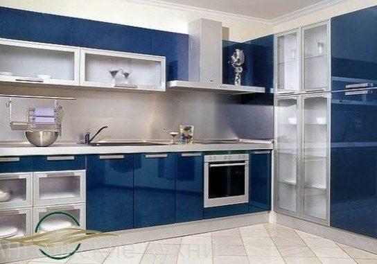 Угловая синяя кухня с крашенными фасадами МДФ под эмаль высокий глянец