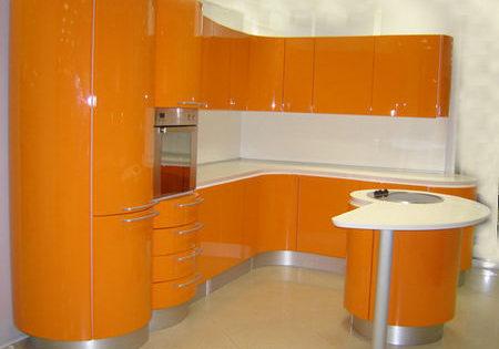 Орнжевая кухня с необычно круглым шкафом