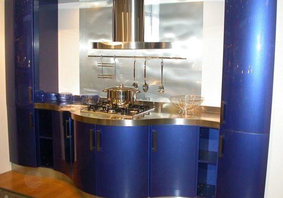Синяя полукруглая кухня на заказ с радиусными фасадами МДФ под эмаль