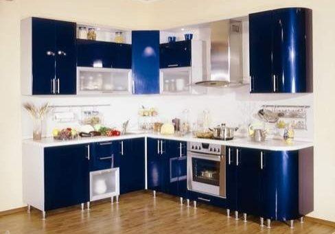 Угловая синяя кухня с крашенными фасадами МДФ, белая столешница