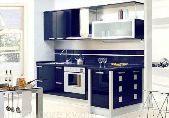 Прямая бело-синяя кухня с барной стойкой, глянец