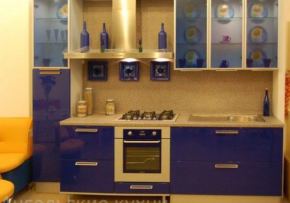 Маленькая бежево-синяя кухня, прямая