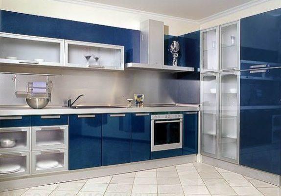 Угловая кухня с фасадами высокий глянец синего цвета