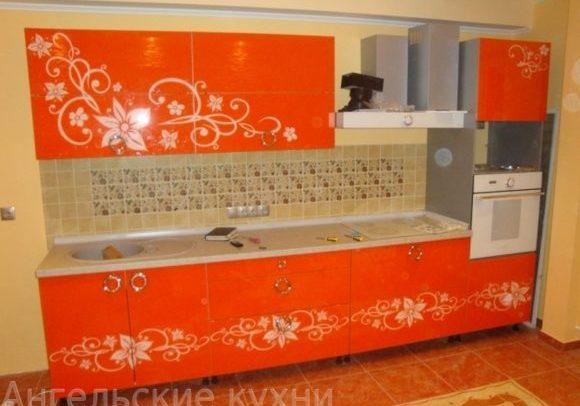 Оранжевая глянцевая кухня с рисунком