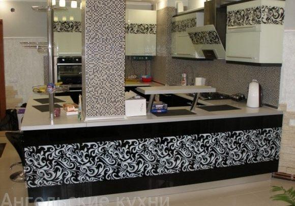Черно-белая кухня с рисунком на заказ, угловая с островом