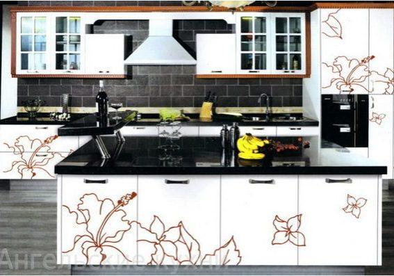 Большая белая кухня с рисунком, с островом