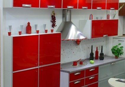 Красно белая кухня с необчным дизайном