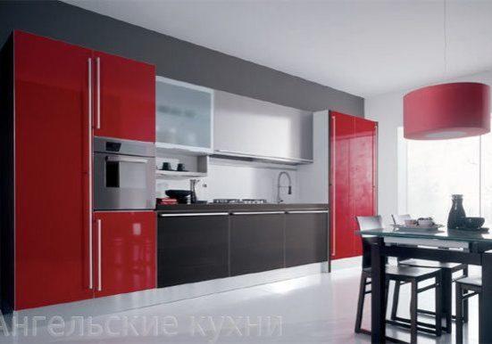 Прямая кухня с красными фасадами на шкафах