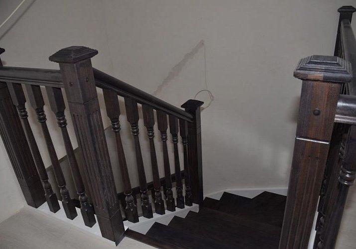 Ограждение второго этаж варианта лестницы из массива дуба