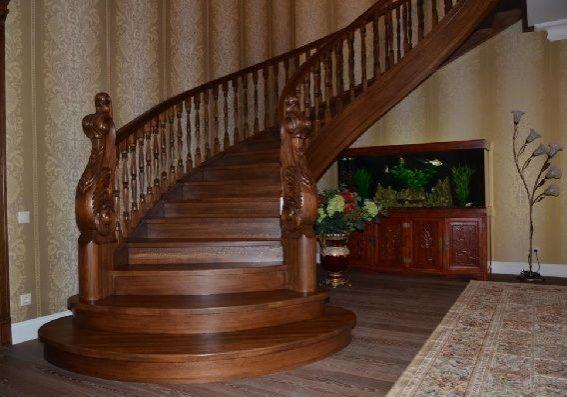 Полукруглая лестница из массива дуба на заказ