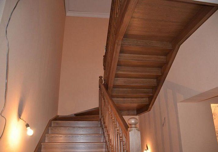 Дубовая лестница под заказ на тетиве