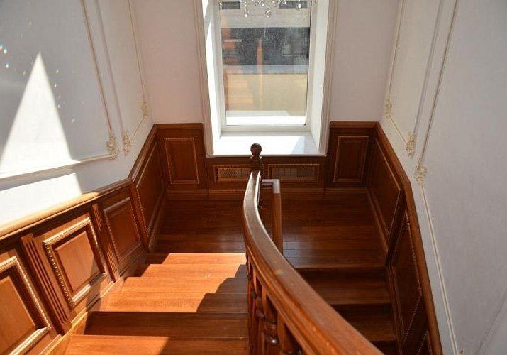 Пощадка лестницы облицованная дубом