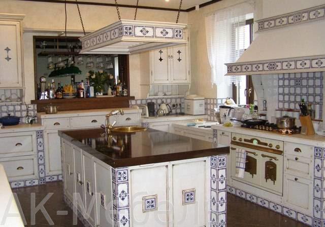 Кухня прованс с рисунком под гжель, угловая под окно с островом