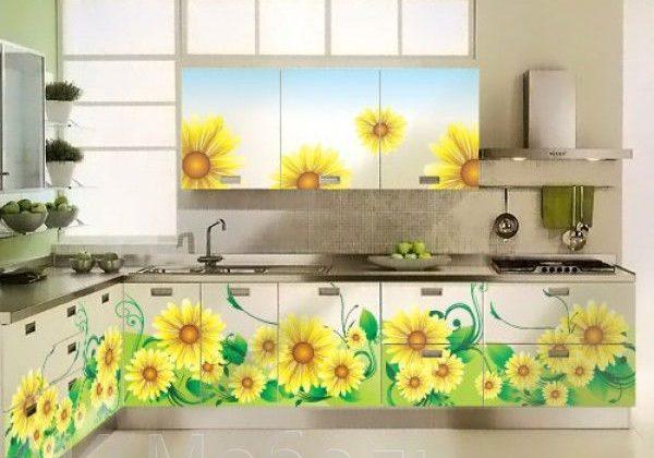 Угловая белая кухня с рисунком ромашки