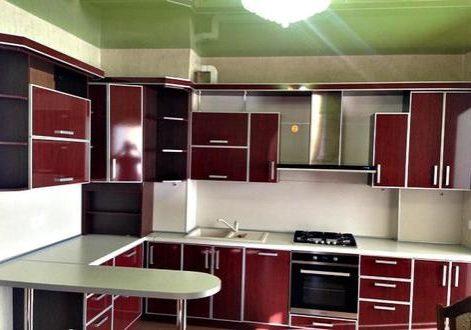 Бардовая кухня из пластика