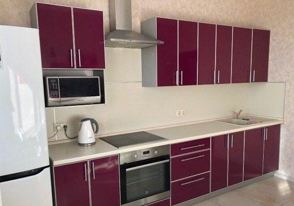 Бардовая кухня из пластика в алюминиевой рамке