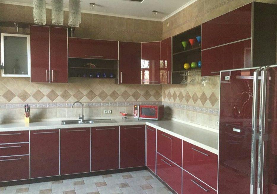 Бардовые фасады для кухни из пластика