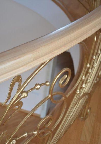 Деревянная лестница кованные перила
