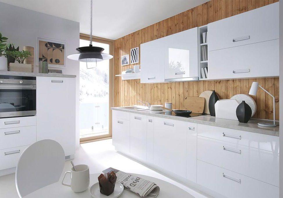 Белая глянцевая кухня с деревом