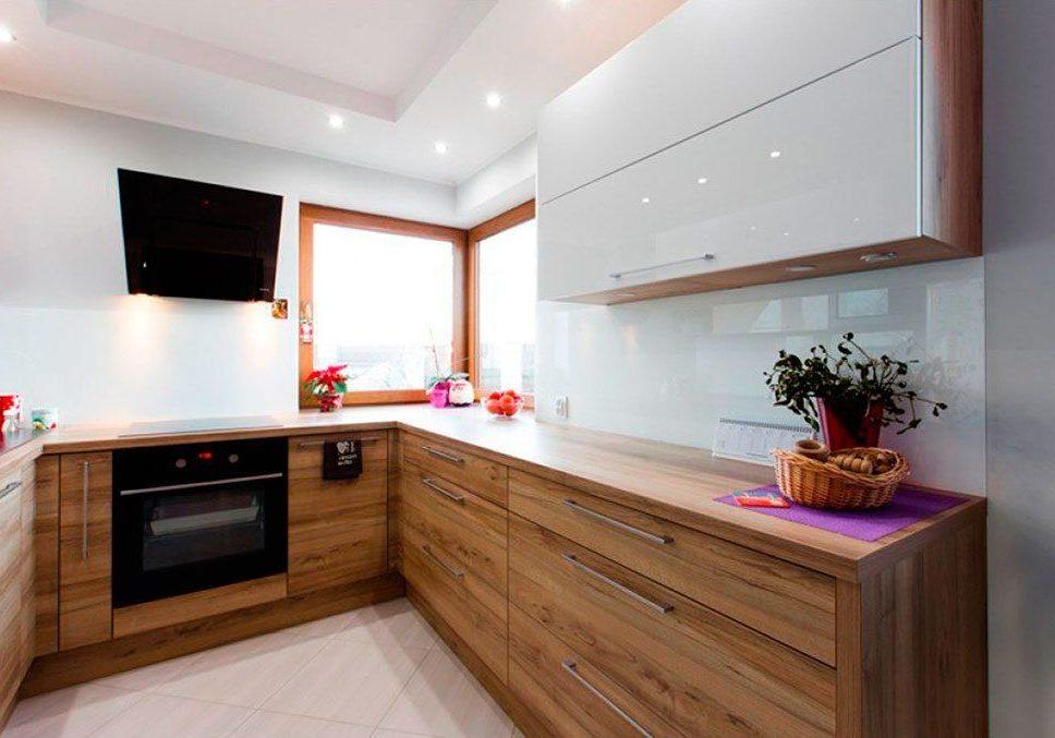 Белая глянцевая кухня со шпоном
