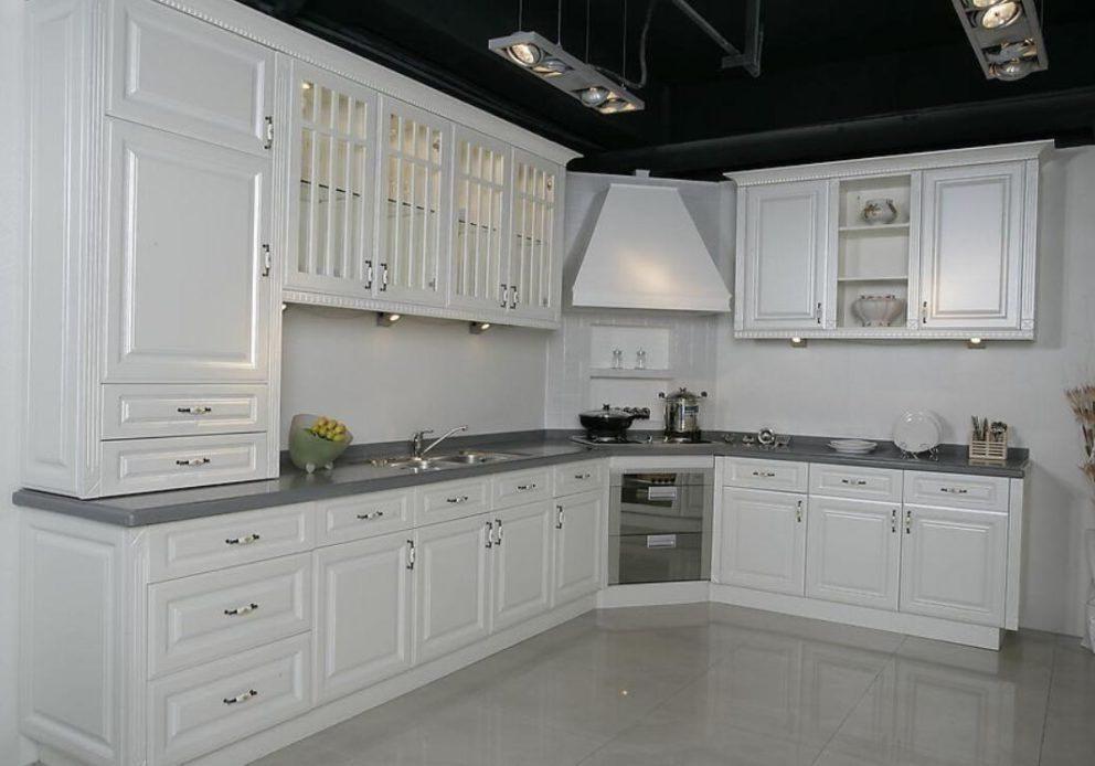 Белая крашенная кухня эмаль с витражами