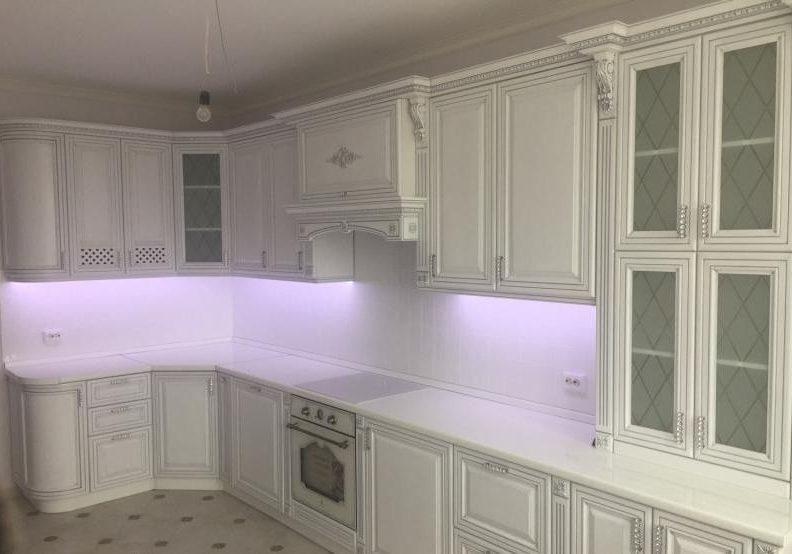 Белая кухня классика с фасадами МДФ эмаль