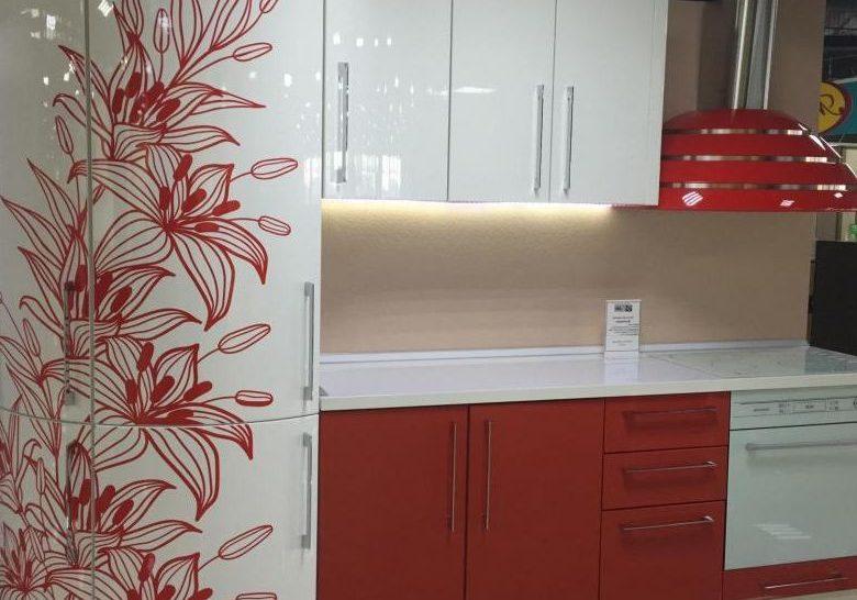 Белая кухня с красным рисунком