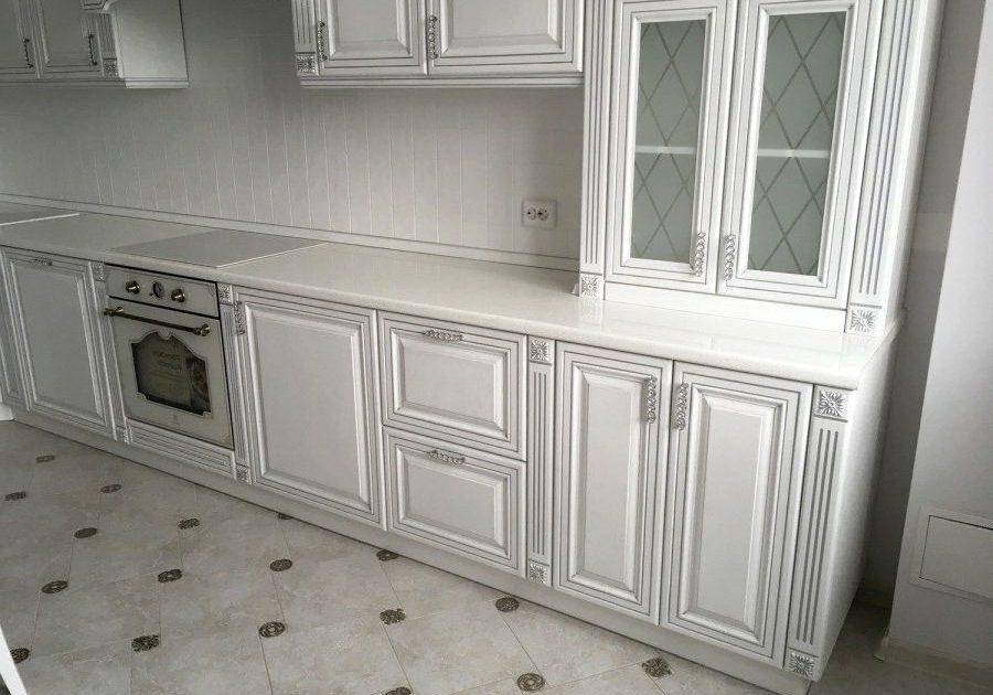 Белая кухня с патиной серебро