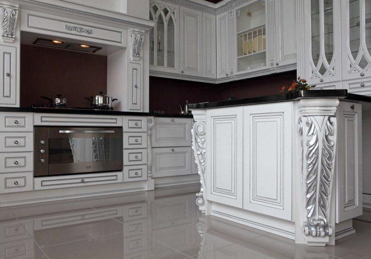 Белая кухня с поталью серебро