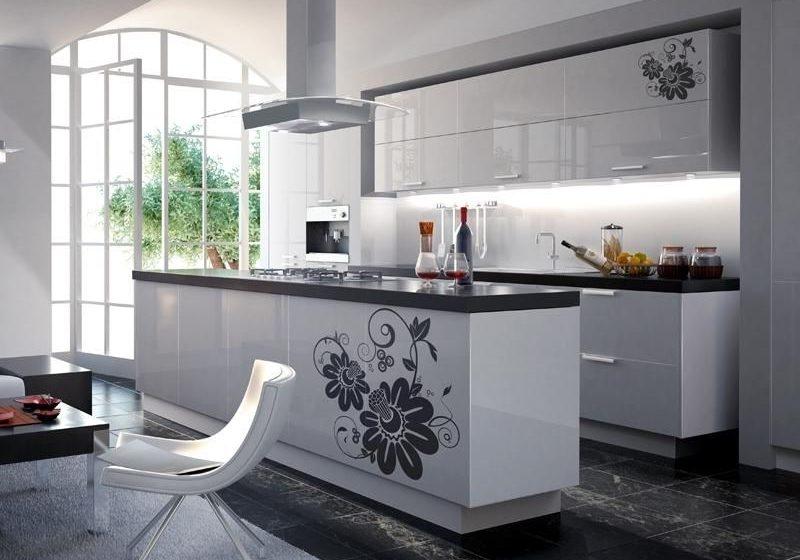 Белая кухня с рисунком цветы