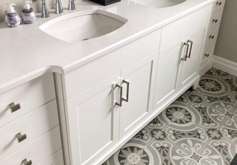 Белая мебель из крашенного МДФ на заказ для ванной