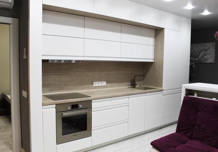 Белая прямая кухня МДФ эмаль с деревом, матовая