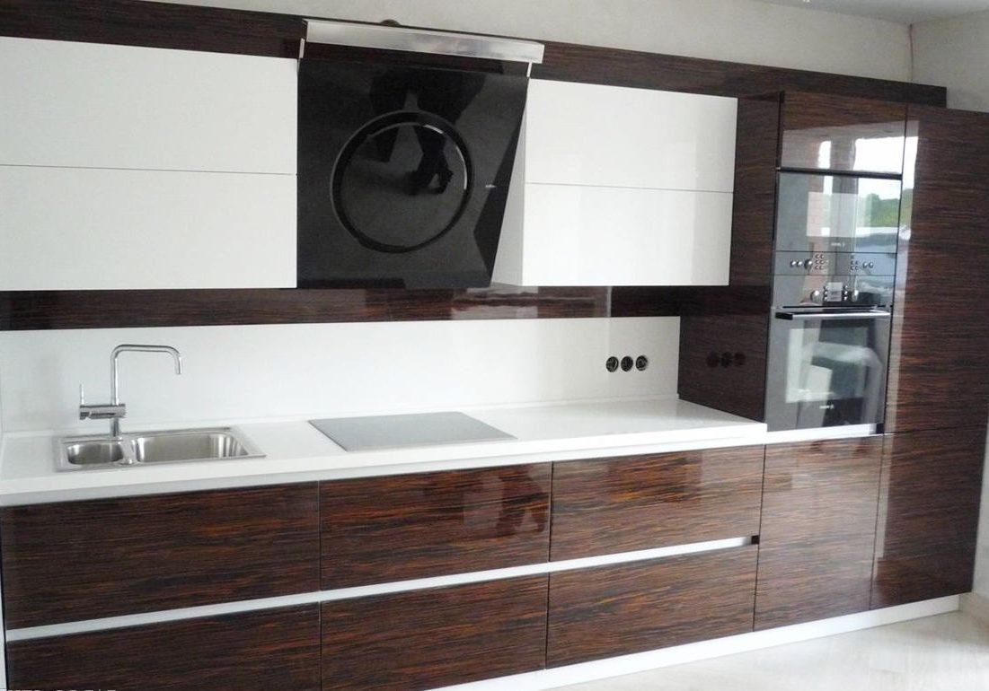 Белая прямая кухня с деревом венге, МДФ пленка