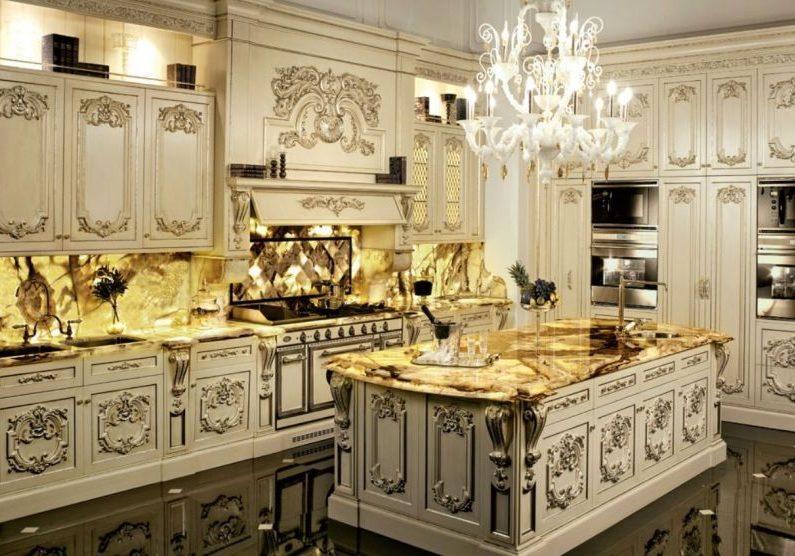 Белая угловая кухня барокко с патиной,с островом, большая