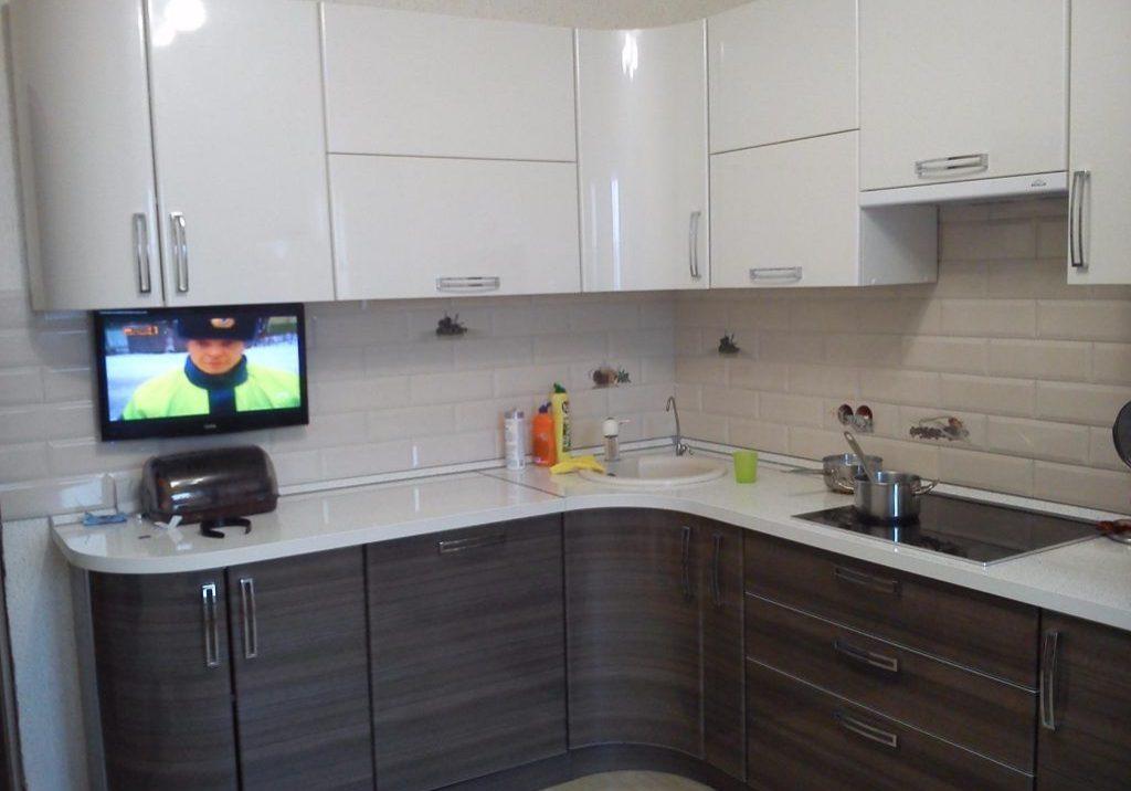 Белая угловая кухня глянец с деревом, МДФ пленка
