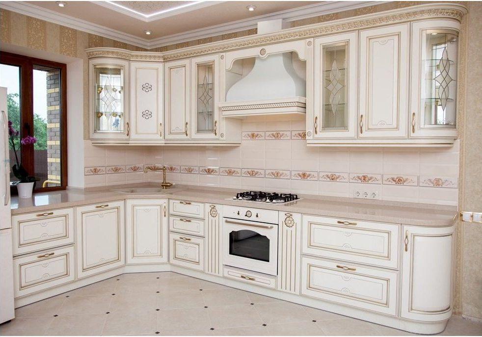 Белая угловая кухня под окно, классика, мини барокко с золотистой патиной
