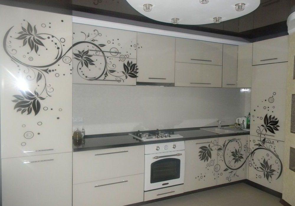 Белая угловая кухня с черным рисунком глянец