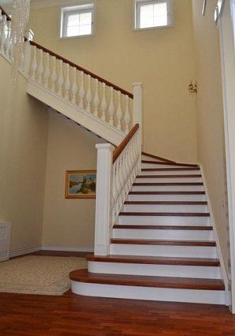 Белая лестница из массива бука