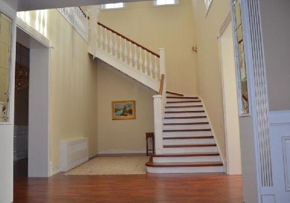 Белая лестница из бука на заказ