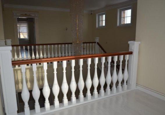 Ограждение второго этажа, белой лестницы из массива бука