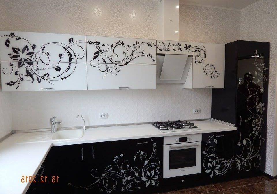 Бело-черная кухня углом с рисунком