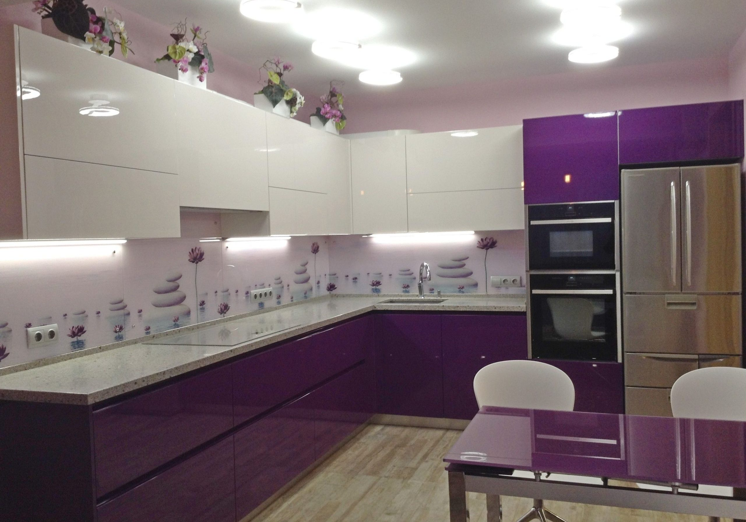 бело-фиолетовая кухня большая эмаль глянец