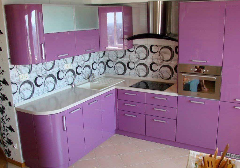 бело-фиолетовая кухня маленькая угловая